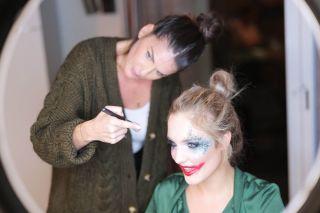 - BACKSTAGE -  Maquillage pour @patrice_murciano et son prochain tableau, inspiration #harleyquinn sur @lena_stachurski avec @epampuri  #makeup #mup #mua #maquillage #maquilleuse #artist #art #peint #color #strange #joker #jokermakeup #glitter #makeupartist #manonmakeupartist #montpellier #project #backstage