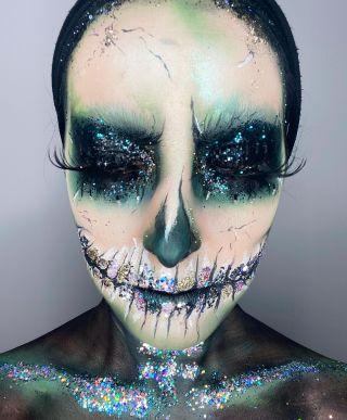 - HALLOWEEN - Training maison sur @n0une  #maquillage #makeup #halloween #halloweenmakeup #skullmakeup #skull #skullmakeuphalloween #greenmakeup #mua #mup #glitter #art #artwork #artisticmakeup #montpellier