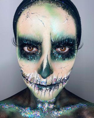 - HALLOWEEN - Training maison sur @n0une  #maquillage #makeup #halloween #halloweenmakeup #skullmakeup #skull #skullmakeuphalloween #greenmakeup #mua #mup #glitter #art #artwork #artisticmakeup #montpellier #squelette