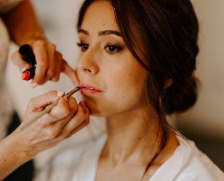 - WEDDING -   Préparatifs de la jolie Manon juste avant le grand moment ✨ Avec: ▪️ @marioncarpentiercoiffure  ▪️ @laetitialeofoldphotographe  ▪️ @la_baraque_de_serignac   #maquillage #maquilleusemontpellier #baraquedeserignac #bridetobe #bridalmakeup #beauty #hairdressing #mup #rougealevres #ral #lipsticktime #love #bridemaids #montpellier #nimes